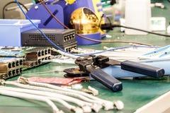 电子设备汇编工作场所 免版税库存图片