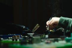 电子设备,罐子焊接的零件修理  solderer 库存照片