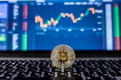 电子货币对计算机或膝上型计算机的银bitcoin有在被弄脏的背景的证券交易所桌的 Cryptocurrency骗局 图库摄影