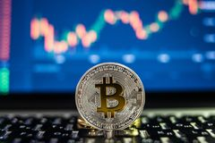 电子货币对计算机或膝上型计算机的银bitcoin有在被弄脏的背景的证券交易所桌的 Cryptocurrency骗局 库存图片