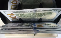 电子货币柜台机器计数计数美国一百美元美元钞票 库存照片