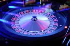 电子赌博娱乐场轮盘赌的赌轮转动 免版税库存图片