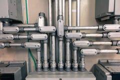 电子输送管道连接了到接线盒为用浓缩工业的技术的葡萄酒口气连接在箱子的电缆, 免版税库存照片