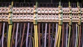 电子连接和接地终端的接线盒着陆的在控制台室 关闭 免版税库存图片