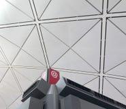 电子邮件与现代大厦的符号图标 图库摄影