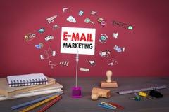 电子邮件营销概念 在红色背景的木桌 库存图片