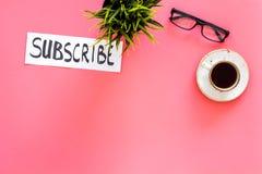 电子邮件订阅概念 递在工作书桌上的字法subcribe有植物的,玻璃,咖啡在桃红色背景上面的 免版税库存图片