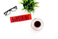 电子邮件订阅概念 递在工作书桌上的字法subcribe有植物的,玻璃,咖啡在白色背景上面的 免版税库存照片