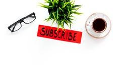 电子邮件订阅概念 递在工作书桌上的字法subcribe有植物的,玻璃,咖啡在白色背景上面的 库存图片