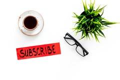 电子邮件订阅概念 递在工作书桌上的字法subcribe有植物的,玻璃,咖啡在白色背景上面的 免版税图库摄影