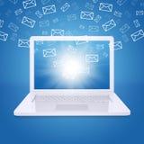 电子邮件飞行在膝上型计算机屏幕外面 免版税库存照片