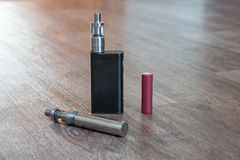 电子香烟电池是特写镜头 免版税库存图片