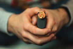电子香烟的Vape售后服务 发光螺旋为背景 个人蒸发器 库存图片