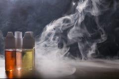 电子香烟, vaping的设备有e液体背景 图库摄影