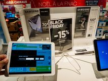 电子黑星期五销售在FNAC商店三星星系ta的 免版税库存照片