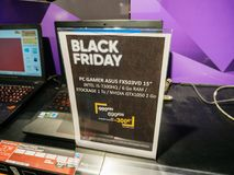 电子黑星期五销售在FNAC商店asus,游戏玩家lapto的 库存图片