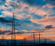 电定向塔和线在黄昏在日落 免版税库存照片