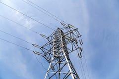 电定向塔和线 免版税库存照片