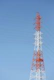 电定向塔和钢缆绳 库存图片