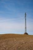 电定向塔在草甸 免版税库存照片