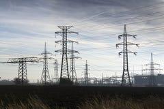 电定向塔有发行发电站蓝色多云天空背景 免版税库存图片