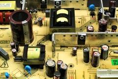 电容器和其他组分在一个电子委员会 免版税库存照片