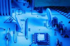 电容器和芯片在电子设备 免版税库存照片