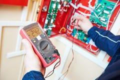 电工与多用电表测试器一起使用 免版税图库摄影