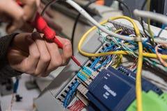 电工与螺丝刀一起使用 库存照片