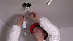 电工人连接带领点燃司机缚住在天花板的导线 影视素材