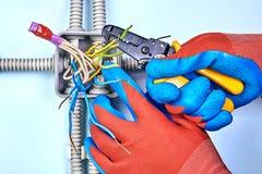 电工从导线取消绝缘材料 免版税库存照片