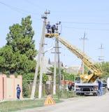电工修理与推力的输电线 修理工作 电子接线当前修理  库存图片
