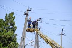 电工修理与推力的输电线 修理工作 电子接线当前修理  免版税库存照片