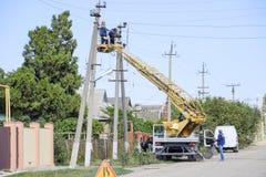 电工修理与推力的输电线 修理工作 电子接线当前修理  免版税图库摄影