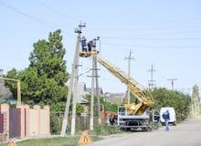 电工修理与推力的输电线 修理工作 电子接线当前修理  免版税库存图片