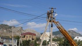 电工在高度登上导线 在高度的上升通过塔的机器 股票录像