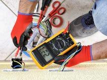 电工技术员在与在住宅电气系统的安全设备一起使用 库存照片