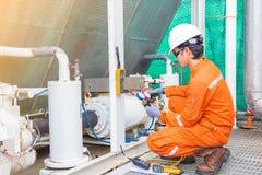 电工操作员检查和检查热化被通风的和空调HVAC,空调服务近海处 免版税库存图片