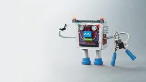 电工机器人准备好工作 军人与蓝色钳子的玩具字符 灰色背景照片 免版税库存照片
