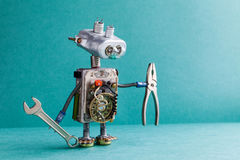 电工机器人杂物工板钳钳子 技工靠机械装置维持生命的人玩具电灯泡注视顶头,电导线,电容器葡萄酒 免版税库存图片