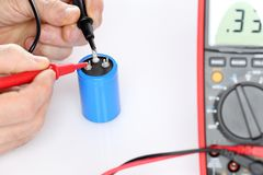 电工测量一台电容器 库存图片