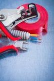 电工的汇集把导线保护缆绳锋利的咬录音 库存照片