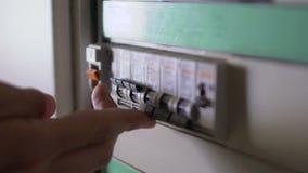 电工被更换的接线在房子和现在起动翻转者对检查运转 影视素材