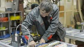 电工装配并且调整电子控制板 在装配a电路的工作  股票视频