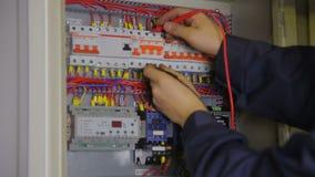 电工递检查在电子保险丝箱子的开关 股票视频