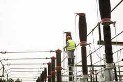 电工建造者工程师 在能源厂的电变压器 库存照片