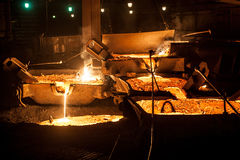 从电弧炉的倾吐的液体钛炉渣 库存照片