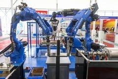 电弧焊接的产业机器人 免版税库存照片