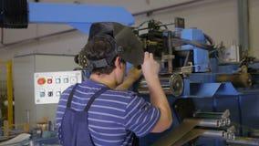 电弧焊接车间 工作者焊接金属零件 股票视频
