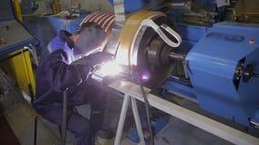 电弧焊接车间 工作者焊接金属零件 股票录像